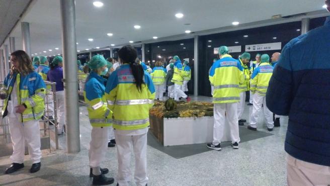 Profesionales sanitarios en el hospital provisional de Ifema en la jornada del domingo, donde se registraron críticas por falta de material y organización.