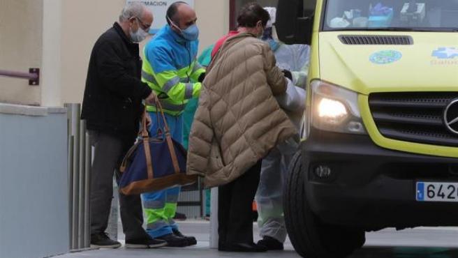 Traslado de enfermos en el Hospital de campaña del Gregorio Marañón en Madrid.