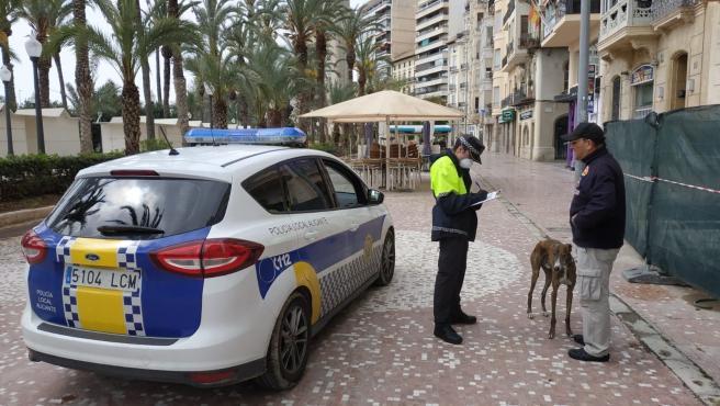 Un agente junto al dueño de una mascota en la Explanada.