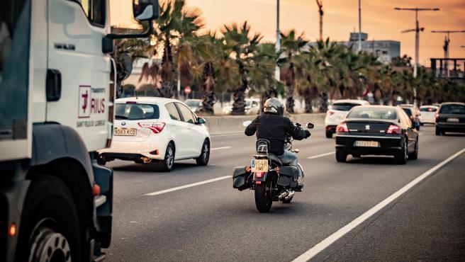 Un camión, una moto y un coche circulan por La Ronda Litoral de Barcelona en una imagen de archivo