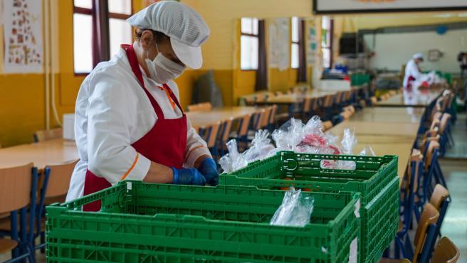 Una empleada prepara la comida en el colegio Ortiz de Zuñiga,de Sevilla.