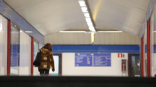 Una mujer camina dentro de la estación de Metro de Madrid en Nuevos Ministerios.
