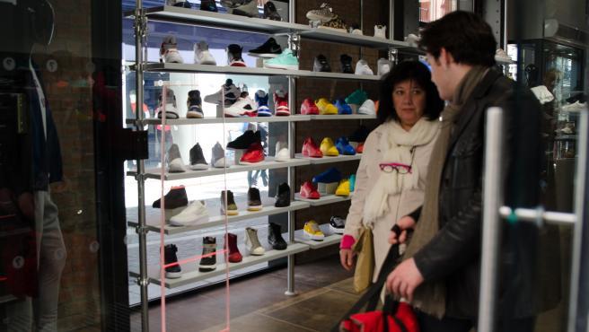 Una tienda con zapatos en un escaparate.