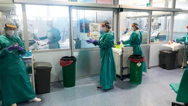 España se aproxima a los 100.000 casos confirmados de coronvirus, en una tendencia en el que el número diario de fallecidos vuelve a repuntar en comparación con este lunes. Este martes, se registran 94.417 casos, de los cuales 49.243 están en el hospital y, de ellos, 5.607 en la UCI, y el número de fallecidos se eleva a 8.189, lo que supone 849 muertes más en las últimas 24 horas.