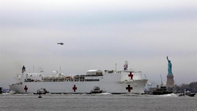 El buque estadounidense 'Comfort' llega a Nueva York con mil camas hospitalarias a bordo para aliviar a los centros médicos de la ciudad, saturados por la pandemia del coronavirus COVID-19.