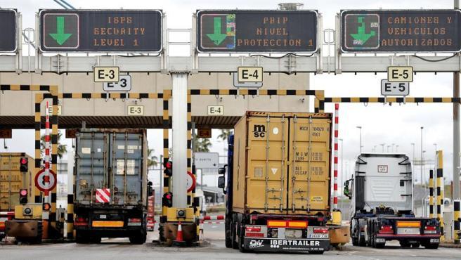 Camiones entran en el puerto de Valencia.
