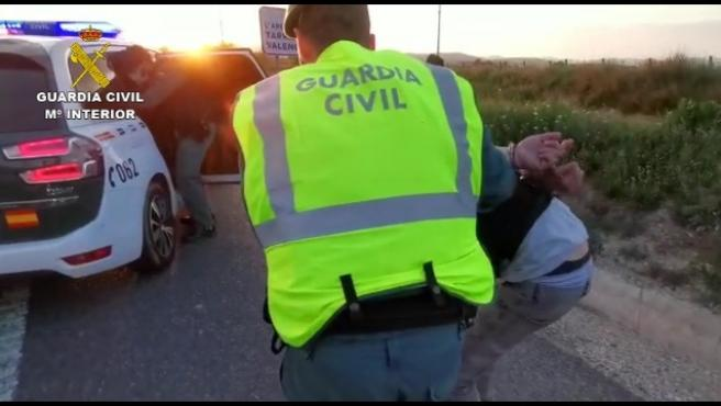 La Guardia Civil detiene a tres hombres en Vilafranca del Penedès (Barcelona) al intentar esquivar un control en un coche robado.