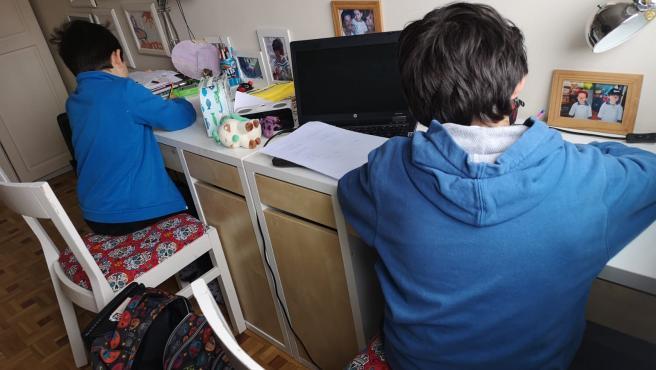 Niños haciendo deberes en casa durante el confinamiento por coronavirus.