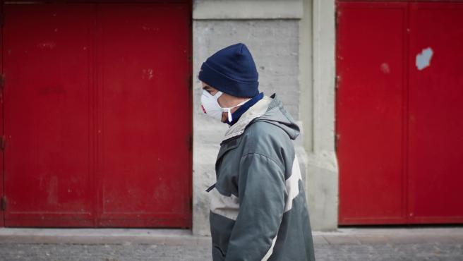 persona con mascarilla en Pamplona