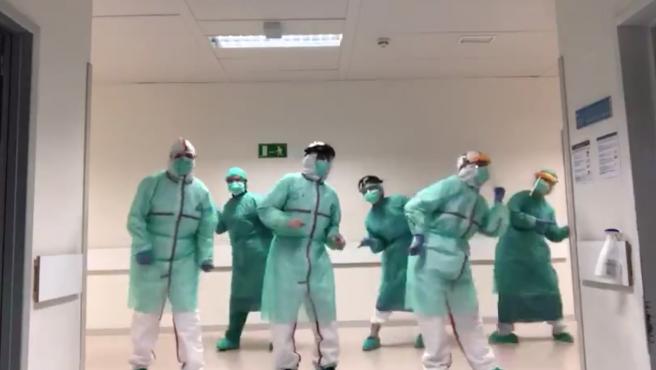 Un grupo de médicos baila a ritmo de Beyoncé.