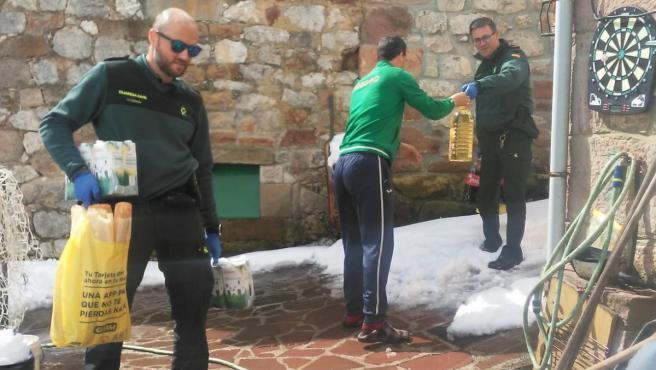 Agentes de la Guardia Civil facilitan productos de primera necesidad a los vecinos de Tresviso, en Picos de Europa.