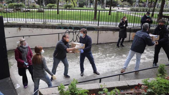 El alcalde Martínez-Almeida, en la cadena que descarga alimentos.