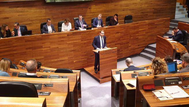 El portavoz de Foro en la Junta General, Adrián Pumares, en imagen de archivo de una sesión del pleno parlamentario.