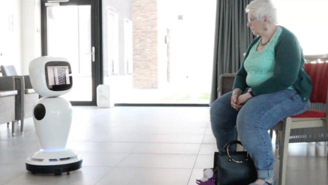El robot social James asiste y acompaña a una persona mayor