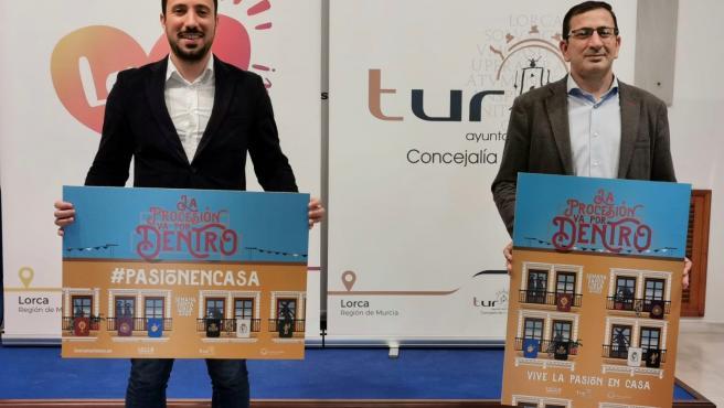 El vicealcalde de Lorca y concejal de Turismo, Francisco Morales y el concejal de Semana Santa, José Luis Ruiz Guillén, han dado a conocer la iniciativa de la concejalía de Turismo que comenzó el pasado 22 de marzo para una Semana Santa en los balcones