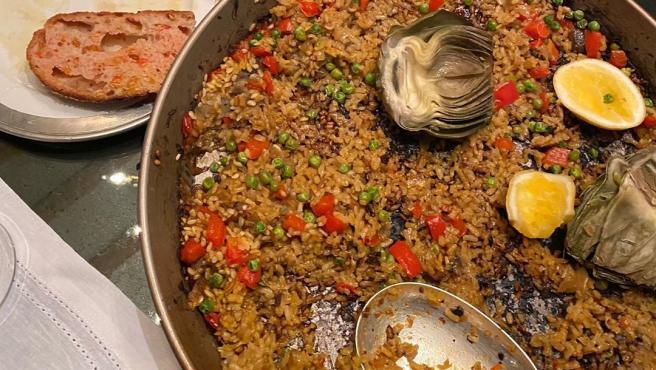 La paella vegetariana de Gwyneth Paltrow. A la izquierda, un poco de 'pan tumaca'.