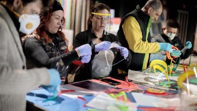 Los 'Coronavirus Makers' también cuentan con el apoyo de empresas que están cediendo tanto sus instalaciones como el material del que disponen.