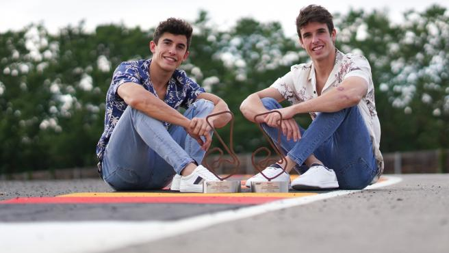 Los pilotos posan sobre el asfalto.