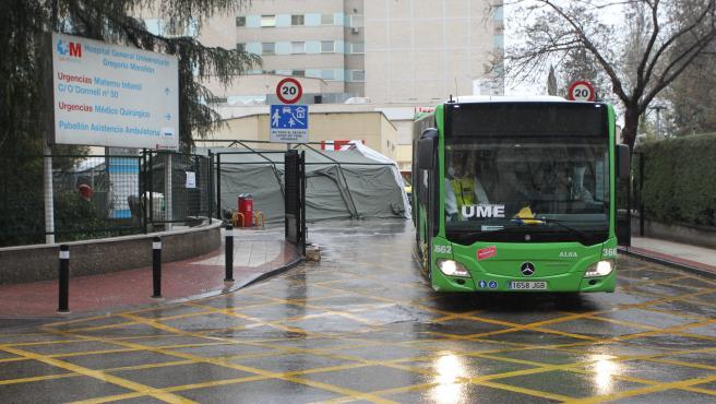 Un autobús sale del hospital Gregorio Marañón, este martes, para trasladar pacientes a Ifema.