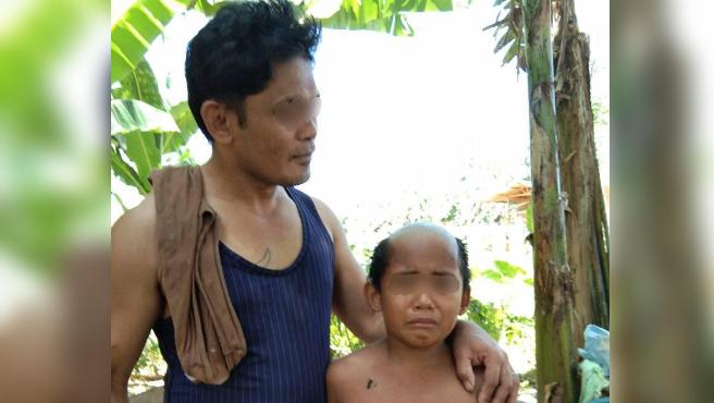 Un padre de filipinas y su hijo con un corte de pelo vergonzoso.