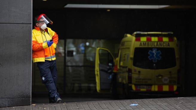 Un trabajador del SAMUR espera en las urgencias del Hospital de Sant Pau, en Barcelona (Catalunya, España) a 30 de marzo de 2020.