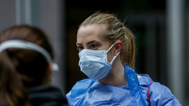 Una sanitaria protegida con mascarilla en el Hospital temporal de la Comunidad de Madrid habilitado en IFEMA para pacientes con coronavirus, en Madrid (España) a 31 de marzo de 2020.