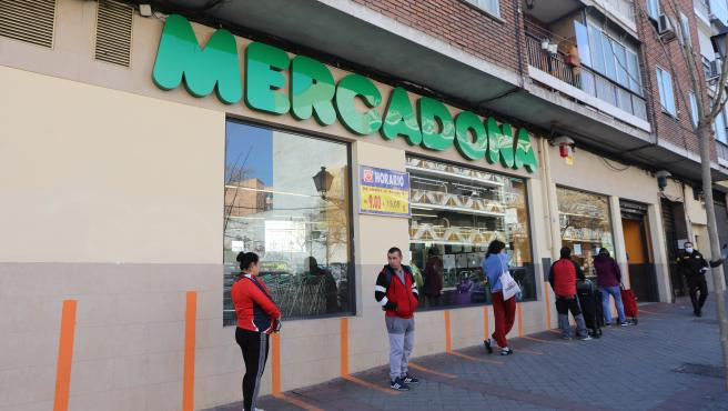 Varias personas esperan para poder entrar a comprar en un supermercado Mercadona de Madrid en plena crisis sanitaria por coronavirus donde los españoles llevan confinados en sus hogares casi dos semanas, en Madrid (España), a 26 de marzo de 2020.