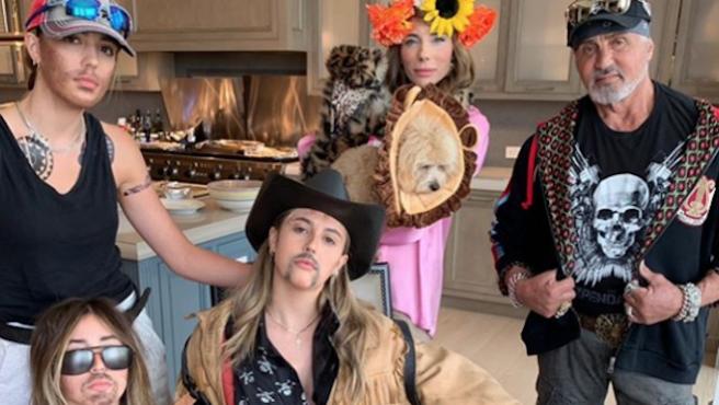 Sylvester Stallone y su familia abrazan el estilismo hortera de 'Tiger King'