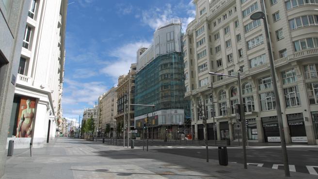 Se hacía imposible imaginar la Gran Vía de Madrid sin gente, pero el coronavirus lo ha conseguido.
