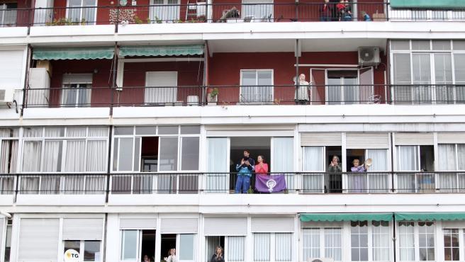 Cada día a las ocho de la tarde todos los españoles salen a sus balcones para aplaudir al personal médico y sanitario.