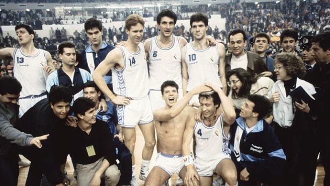 El Real Madrid, con Fernando Martín, Romay o Petrovic, celebra la Recopa de 1989.
