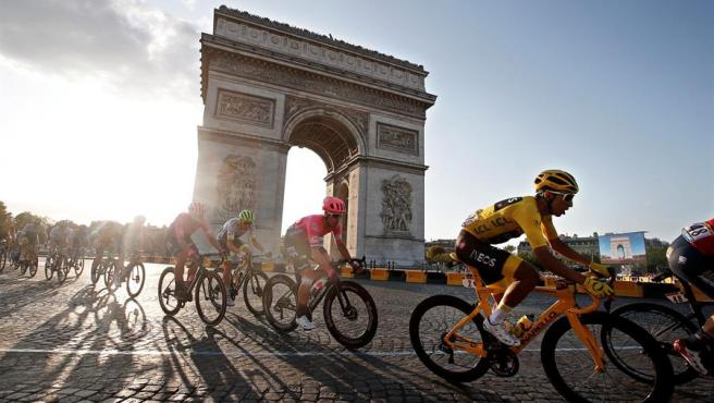 Los corredores pasan junto al Arco del Triunfo, en París, durante la última etapa del Tour de Francia, el 28 de julio de 2019.