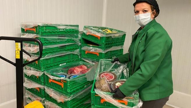 Treballadora de Mercadona preparant una entrega