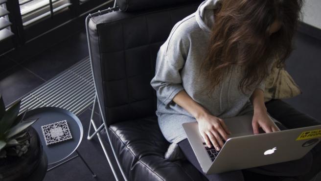 Una mujer con un ordenador portatil
