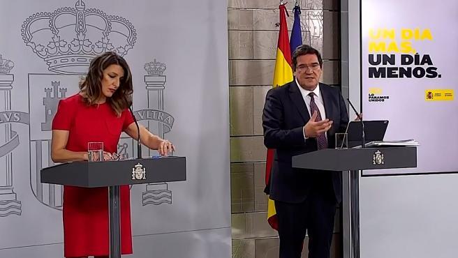 La ministra de Trabajo, Yolanda Díaz (i), y al ministro de Inclusión, Seguridad Social y Migraciones, José Luis Escrivá,