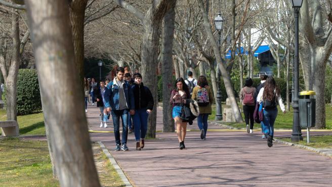 Alumnos pasean en el campus de la Universidad Autónoma de Madrid.