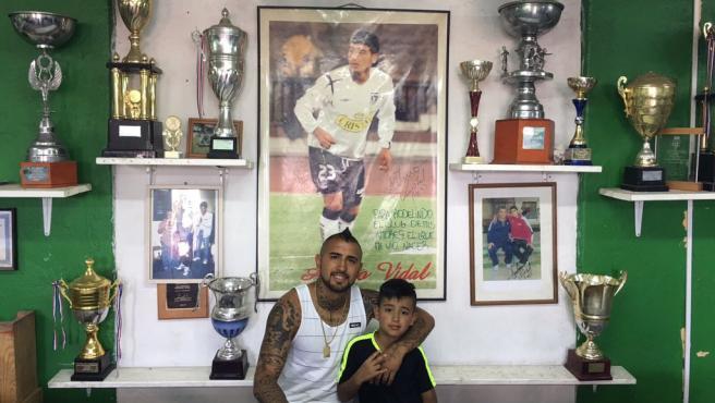 El centrocampista del Barça sigue las evoluciones de su humilde club chileno.