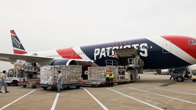 El avión de los Patriots, cargando material en Shenzhen (China).