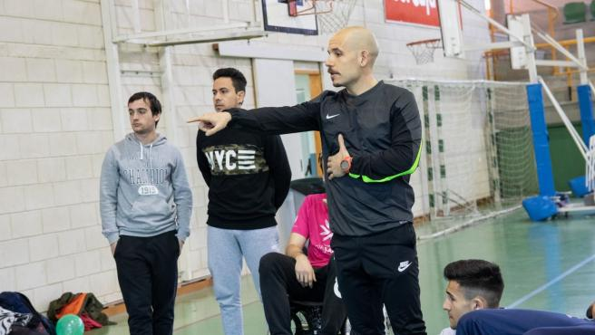 Carlos Castillejo en una de sus clases de gimnasia en Formación Profesional.