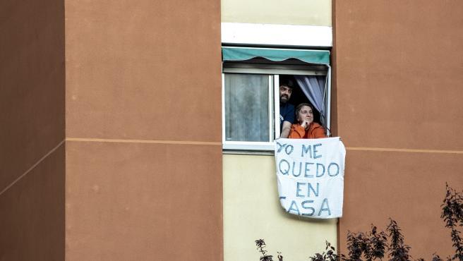 Dos vecinos del distrito madrileño de Hortaleza permanecen en sus casa cumpliendo con las medidas de confinamiento decretadas por el estado de alarma.
