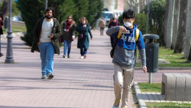 Un alumno con rasgos orientales pasea con mascarilla en el campus de la Universidad Autónoma de Madrid, que cierra sus puertas a causa del coronavirus desde el miércoles día 11, en Madrid (España), a 10 de marzo de 2020. CORONAVIRUS;COVID-19; 10/3/2020