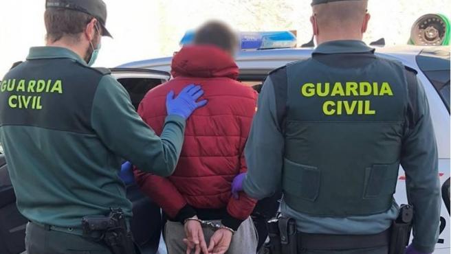 Imagen de archivo de un detenido por la Guardia Civil.