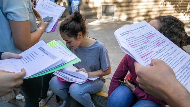 Imagen de recurso de alumnos estudiando para la selectividad.