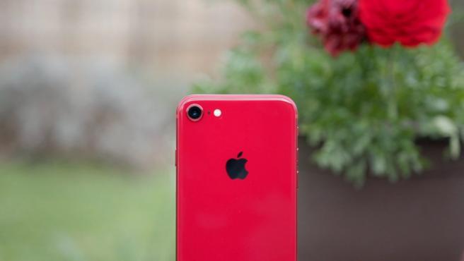 El nuevo iPhone SE estará disponible en rojo, negro y blanco.