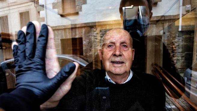 Imagen cedida por el fotógrafo navarro Unai Beroiz mientras saluda a su abuelo Miguel.