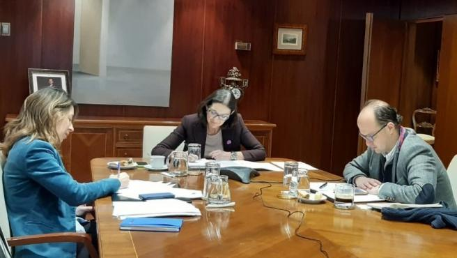 La ministra de Industria, Comercio y Turismo, Reyes Maroto, junto con la secretaria de Estado de Comercio, Xiana Méndez, y el director del Gabinete de la ministra, Juan Ignacio Díaz