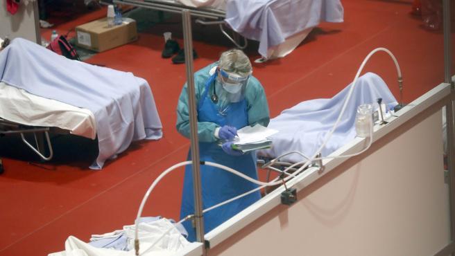 Personal sanitario trabaja en el pabellón 9 del centro de exposiciones Ifema, reconvertido en hospital.