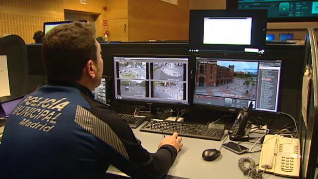 Un agente de la Policía Municipal de Madrid en el control de cámaras.