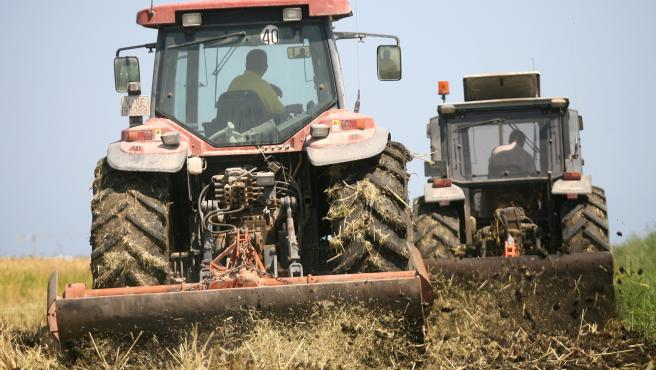 Tractores trabajando en el campo