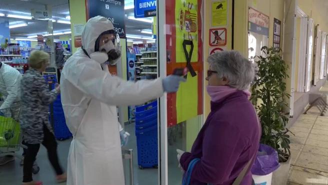 """Un supermercado pone el termómetro al entrar para """"proteger"""" a los clientes"""